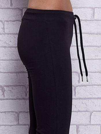 Czarne spodnie dresowe z prostą nogawką                                  zdj.                                  5