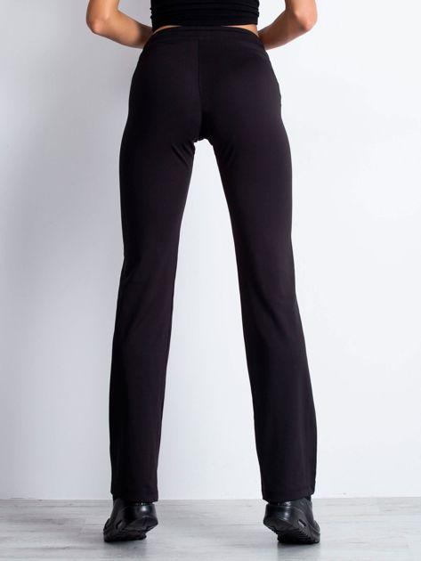 Czarne spodnie dresowe z troczkiem                                  zdj.                                  2