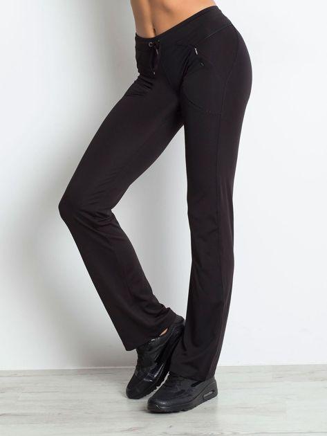 Czarne spodnie dresowe z wszytą kieszonką                                  zdj.                                  3