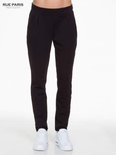 Czarne spodnie dresowe z zakładkami przy kieszeniach                                  zdj.                                  1