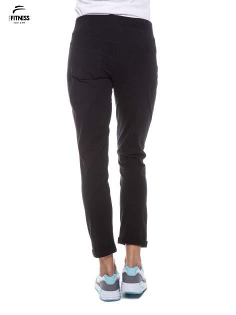 Czarne spodnie dresowe ze skośnymi zamkami                                   zdj.                                  4