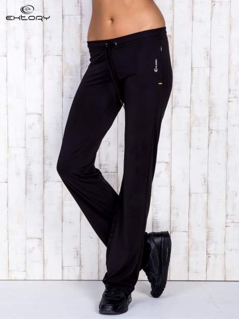 Czarne spodnie dresowe ze sznureczkiem i wszytą kieszenią                                  zdj.                                  2