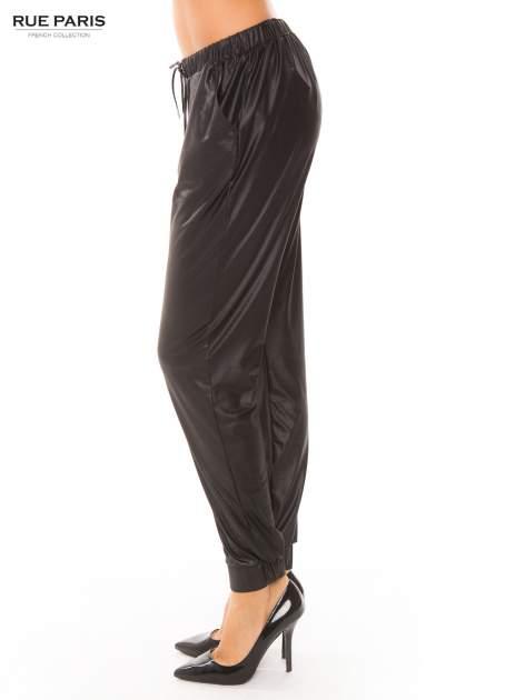 Czarne spodnie dresowe ze zwężanymi nogawkami z efektem połysku                                  zdj.                                  3