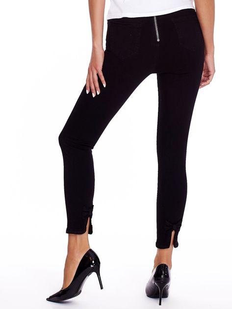 Czarne spodnie high waist z suwakiem i kokardkami                              zdj.                              2