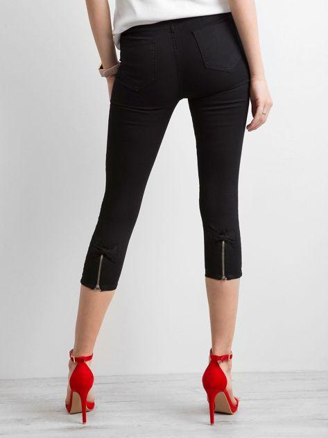 Czarne spodnie jeansowe skinny z kokardkami                               zdj.                              2