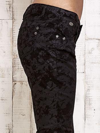 Czarne spodnie rurki we wzór abstract                                  zdj.                                  5