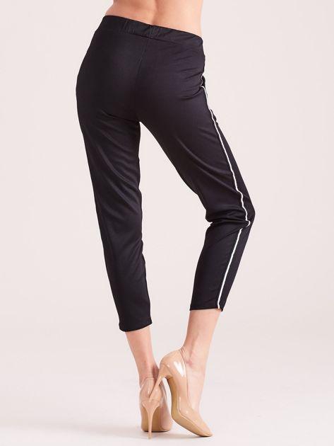 Czarne spodnie sportowe z lampasem                              zdj.                              3