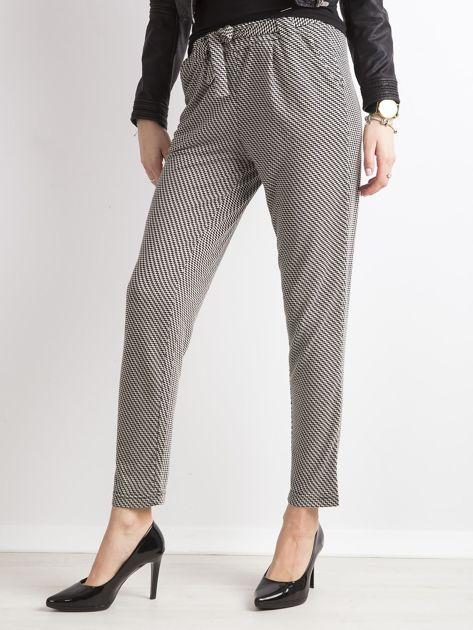 Czarne spodnie w geometryczne wzory                              zdj.                              1