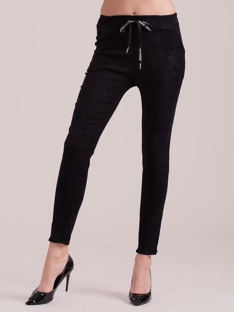 Czarne spodnie z imitacji zamszu                              zdj.                              1