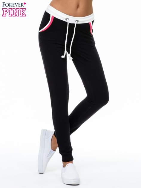 Czarne spodnie z kolorowym akcentem przy kieszeniach                                  zdj.                                  1