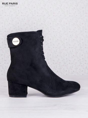 Czarne sznurowane botki faux suede Isabele z zamszu na niskim obsacie i złotym logo na cholewce                                  zdj.                                  1