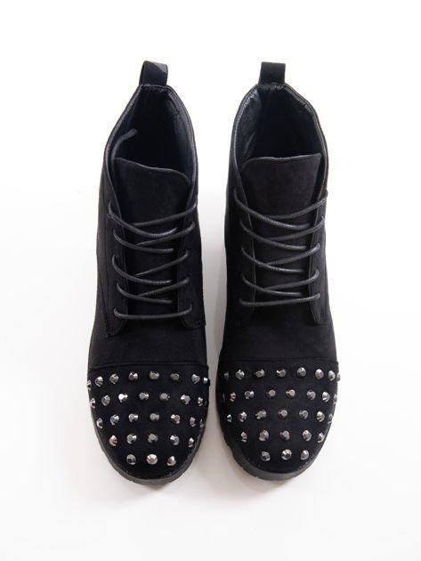 Czarne sznurowane botki z dużymi stalowymi nitami na przodzie cholewki                              zdj.                              4