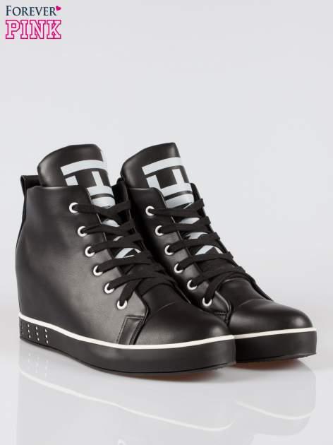 Czarne trampki na koturnie sneakersy z nadrukiem tekstowym                                  zdj.                                  2