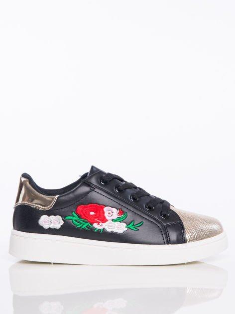 Czarne trampki z ozdobnym haftem w kształcie kwiatów i lustrzanozłotym przodem buta