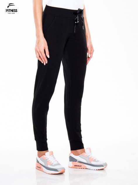 Czarne wąskie spodnie dresowe wiązane w pasie na wstążkę                                  zdj.                                  3