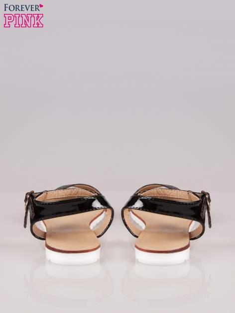 Czarne wężowe płaskie sandały z podwójną klamrą                                  zdj.                                  3