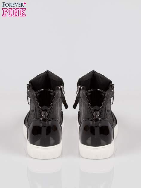 Czarne wężowe sneakersy z blaszką na nosku Charm                                  zdj.                                  3