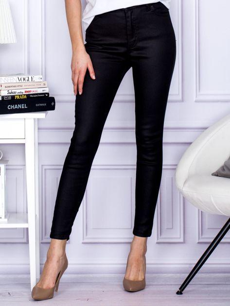 Czarne woskowane spodnie o kroju slim                                  zdj.                                  1