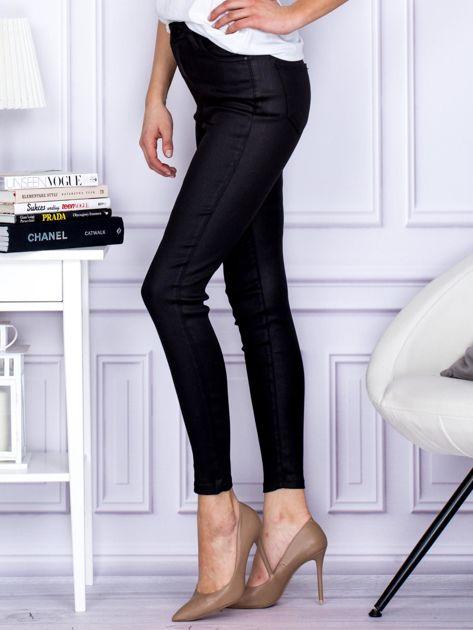 Czarne woskowane spodnie o kroju slim                              zdj.                              3