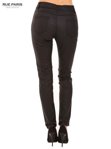 Czarne woskowane spodnie slim fit                                  zdj.                                  4