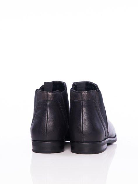Czarne wsuwane botki na płaskim obcasie z gumkami po bokach i ozdobną mieniącą wstawką                              zdj.                              3