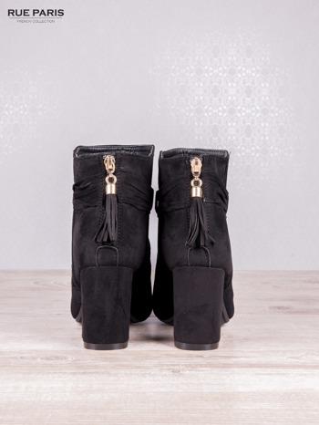 Czarne zamszowe botki faux suede Frances na słupku z ozdobnym chwostem i paseczkami                                  zdj.                                  4