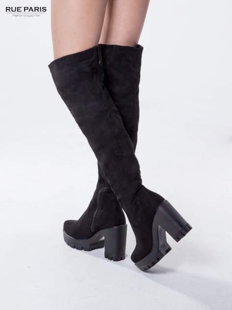 Czarne zamszowe kozaki za kolano na traperowej podeszwie                                  zdj.                                  2