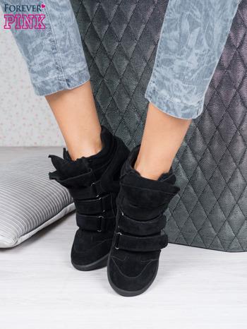 Czarne zamszowe sneakersy na rzepy                                  zdj.                                  1