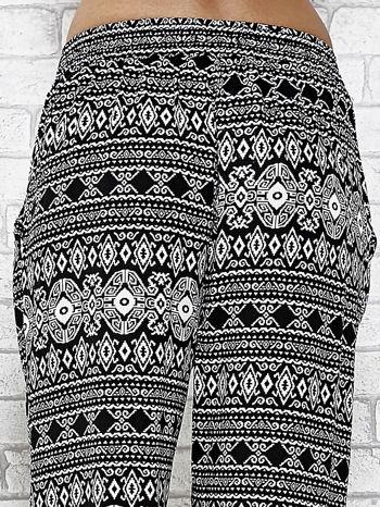 Czarne zwiewne spodnie alladynki we wzór aztecki                                  zdj.                                  7