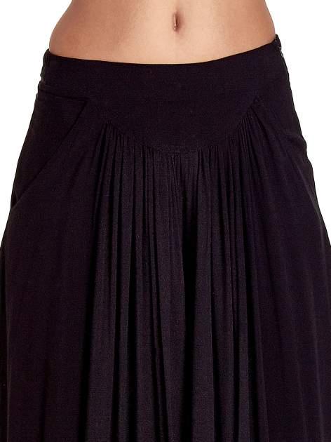 Czarne zwiewne spodnie typu culottes                                  zdj.                                  5