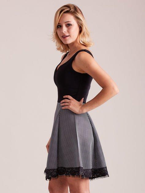 Czarno-biała sukienka z dołem w paski                              zdj.                              2