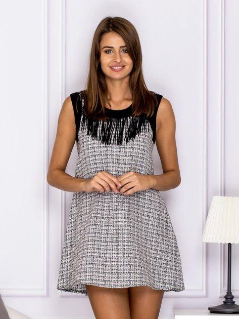 Czarno-biała sukienka z frędzlami przy dekolcie                                  zdj.                                  1