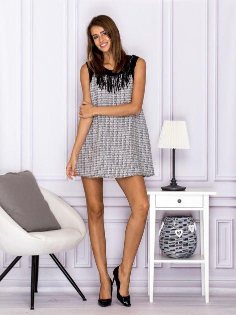 Czarno-biała sukienka z frędzlami przy dekolcie                              zdj.                              4