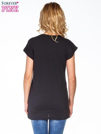 Czarno-biały t-shirt w łączkę                                  zdj.                                  4