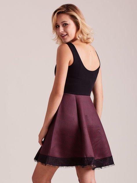 Czarno-bordowa sukienka z dołem w paski                              zdj.                              3