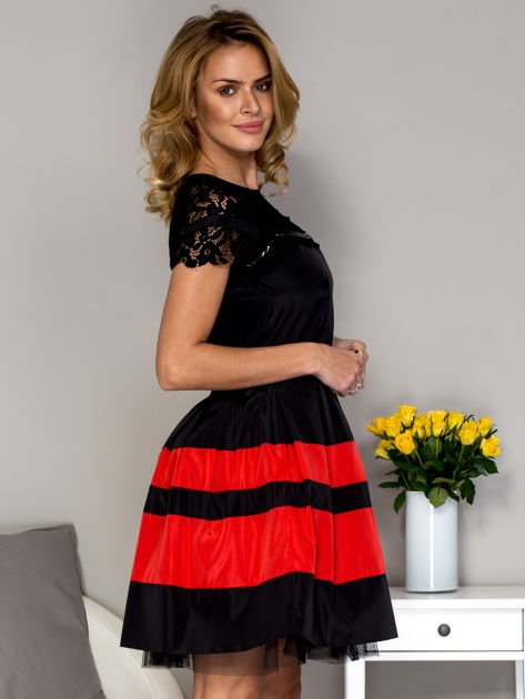 Czarno-czerwona sukienka ze spódnicą w pasy                              zdj.                              3