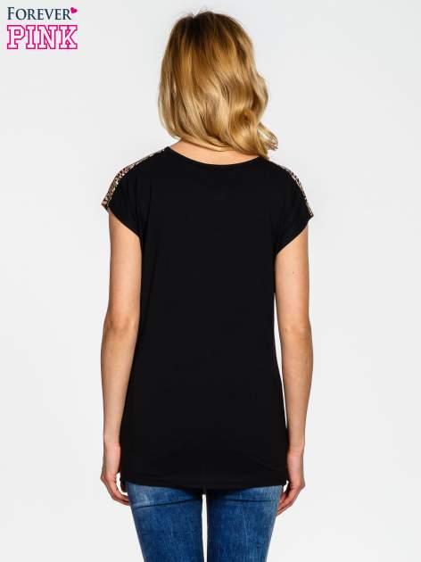 Czarno-koralowy t-shirt w graficzne wzory                                  zdj.                                  4