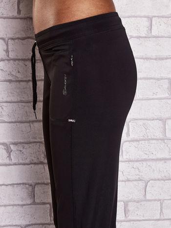 Czarno-różowe spodnie capri z wszytą kieszonką                                  zdj.                                  5