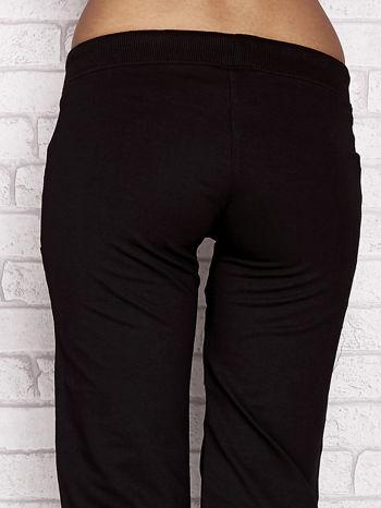 Czarno-różowe spodnie dresowe capri z dziewczęcymi nadrukami                                  zdj.                                  6