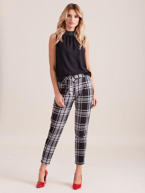 Czarno-szare spodnie w kratę z wiązaniem                              zdj.                              1