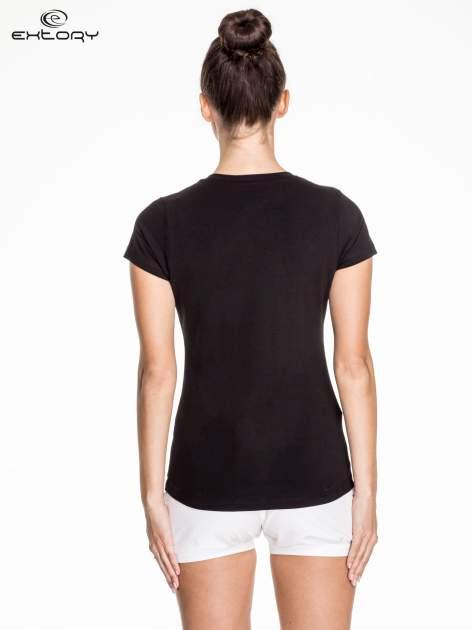 Czarny damski t-shirt sportowy ze wzorzystymi wstawkami                                  zdj.                                  4