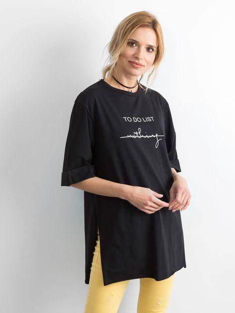 Czarny długi t-shirt z napisem                              zdj.                              1