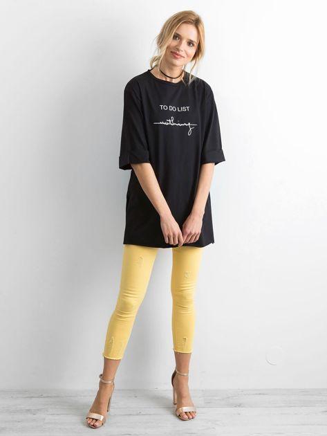 Czarny długi t-shirt z napisem                              zdj.                              4