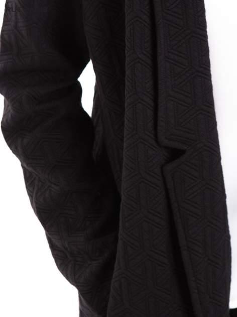 Czarny długi żakiet o kroju oversize wytłaczany w geometryczny wzór                                  zdj.                                  7