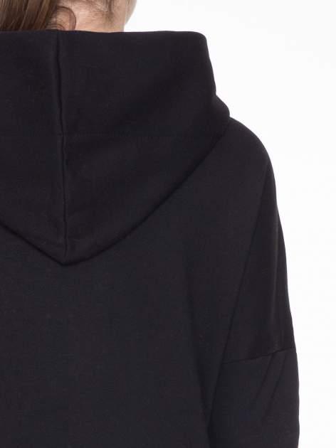 Czarny dresowy płaszcz z kapturem i kieszeniami                                  zdj.                                  6