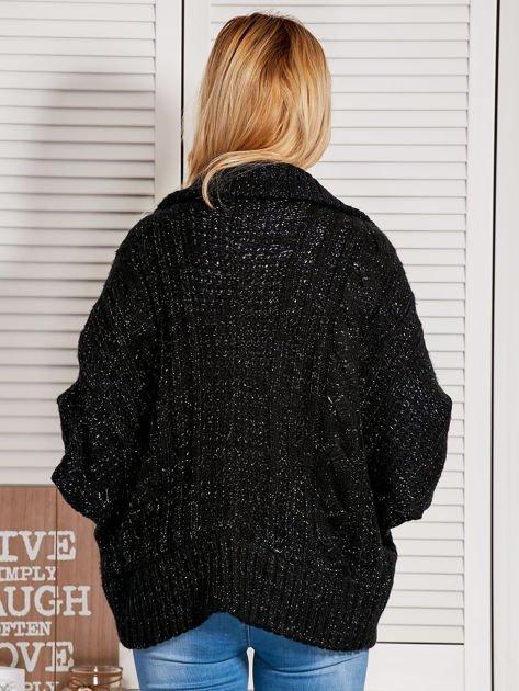 Czarny dziergany sweter typu kardigan przeplatany błyszczącą nicią