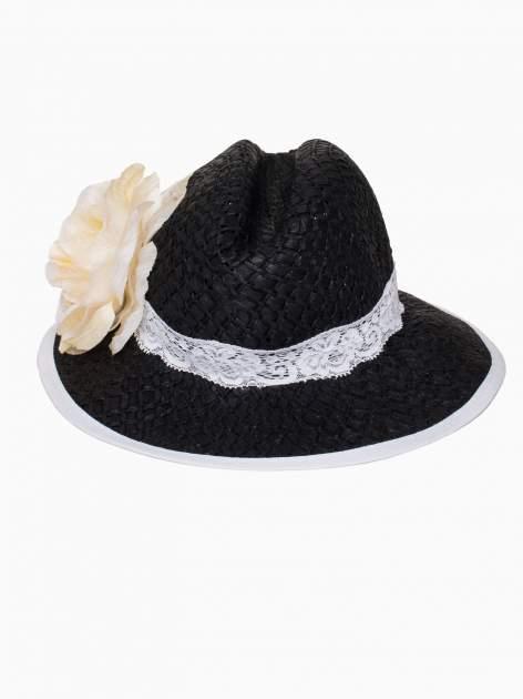 Czarny kapelusz słomiany z dużym rondem i dużym kwiatem                                  zdj.                                  2