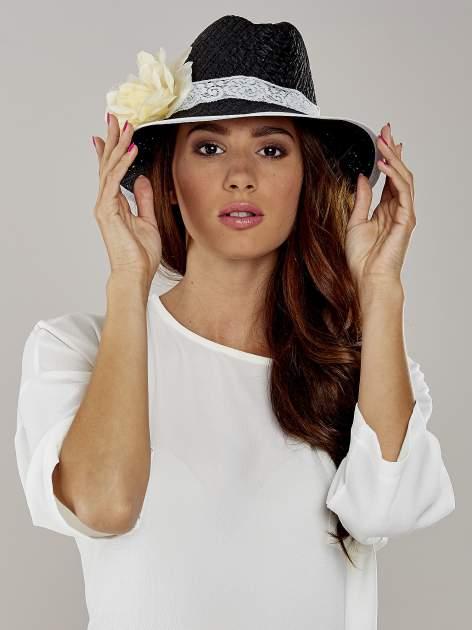 Czarny kapelusz słomiany z dużym rondem i dużym kwiatem                                  zdj.                                  1