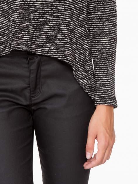 Czarny melanżowy sweter ze skórzaną lamówką przy dekolcie                                  zdj.                                  7