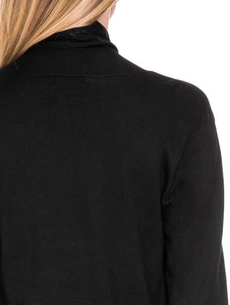Czarny otwarty sweter kardigan z prążkowanym kołnierzem                                  zdj.                                  8